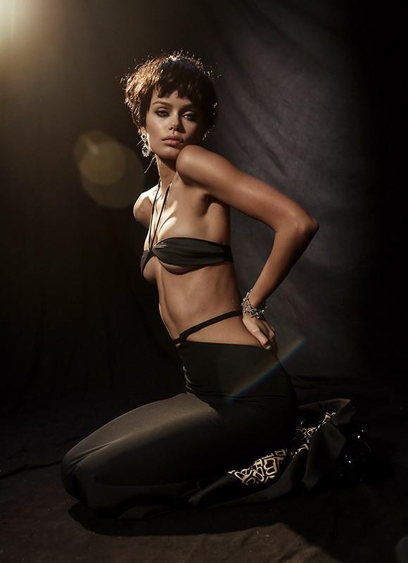 Nàng mẫu 9x được khen giống hệt Angelina Jolie thời trẻ ảnh 11