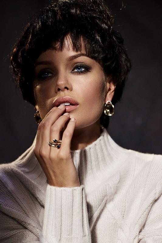Nàng mẫu 9x được khen giống hệt Angelina Jolie thời trẻ ảnh 14