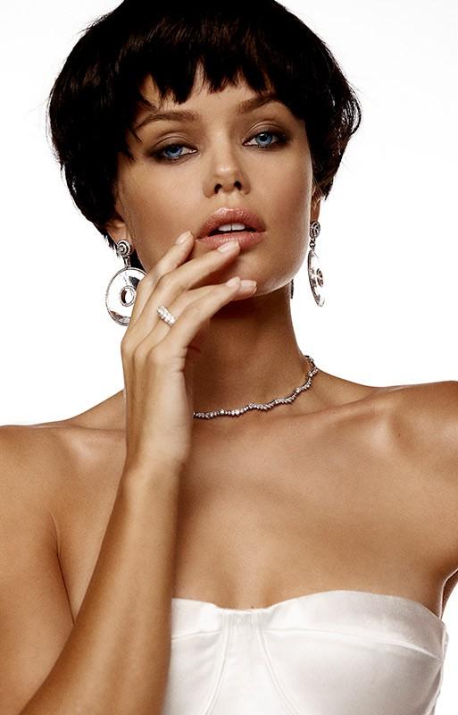 Nàng mẫu 9x được khen giống hệt Angelina Jolie thời trẻ ảnh 2