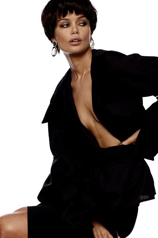 Nàng mẫu 9x được khen giống hệt Angelina Jolie thời trẻ ảnh 8