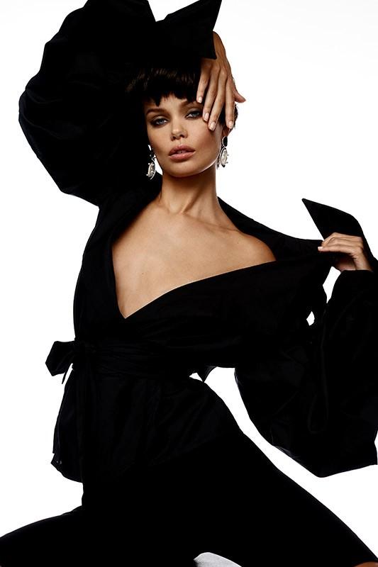 Nàng mẫu 9x được khen giống hệt Angelina Jolie thời trẻ ảnh 9