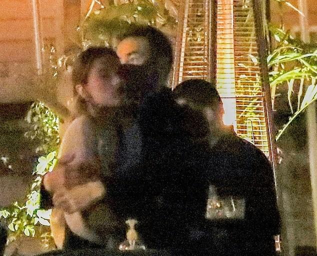 Cựu thiên thần nội y Alessandra Ambrosio tay trong tay bên bạn trai mới ảnh 7
