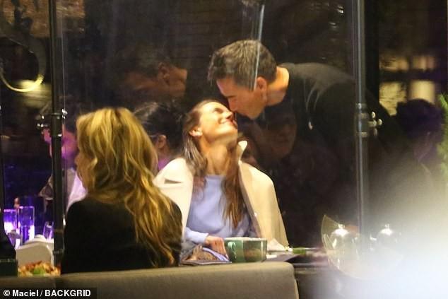Cựu thiên thần nội y Alessandra Ambrosio tay trong tay bên bạn trai mới ảnh 1