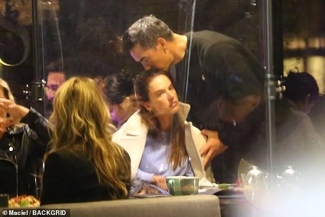 Cựu thiên thần nội y Alessandra Ambrosio tay trong tay bên bạn trai mới ảnh 3