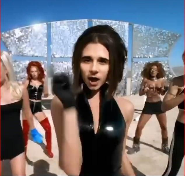 Cười ngất clip cậu cả nhà Becks hóa thân thành mẹ Vic và Spice Girls ảnh 2