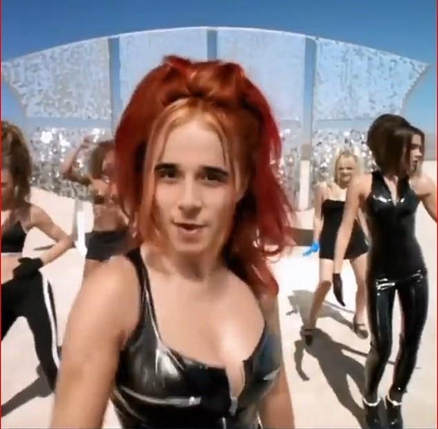 Cười ngất clip cậu cả nhà Becks hóa thân thành mẹ Vic và Spice Girls ảnh 5