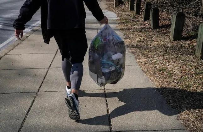 Người đàn ông mỗi ngày đi bộ 20 km để nhặt rác ảnh 2