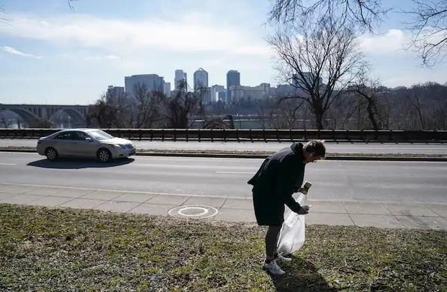Người đàn ông mỗi ngày đi bộ 20 km để nhặt rác ảnh 1