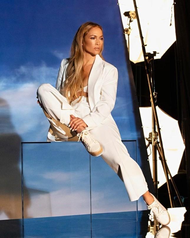 Jennifer Lopez trẻ đẹp quyến rũ 'vạn người mê' ở tuổi 51 ảnh 17