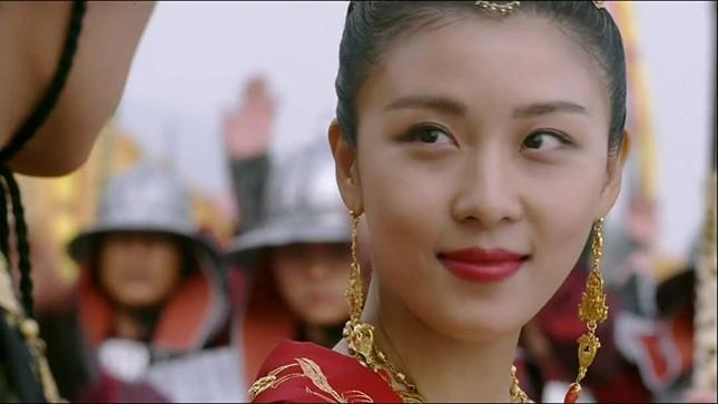 'Hoàng hậu Ki' Ha Ji Won triển lãm tranh, dân mạng bình luận 'con tôi 5 tuổi vẽ đẹp hơn' ảnh 11