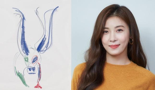 'Hoàng hậu Ki' Ha Ji Won triển lãm tranh, dân mạng bình luận 'con tôi 5 tuổi vẽ đẹp hơn' ảnh 4