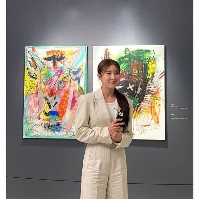 'Hoàng hậu Ki' Ha Ji Won triển lãm tranh, dân mạng bình luận 'con tôi 5 tuổi vẽ đẹp hơn' ảnh 1