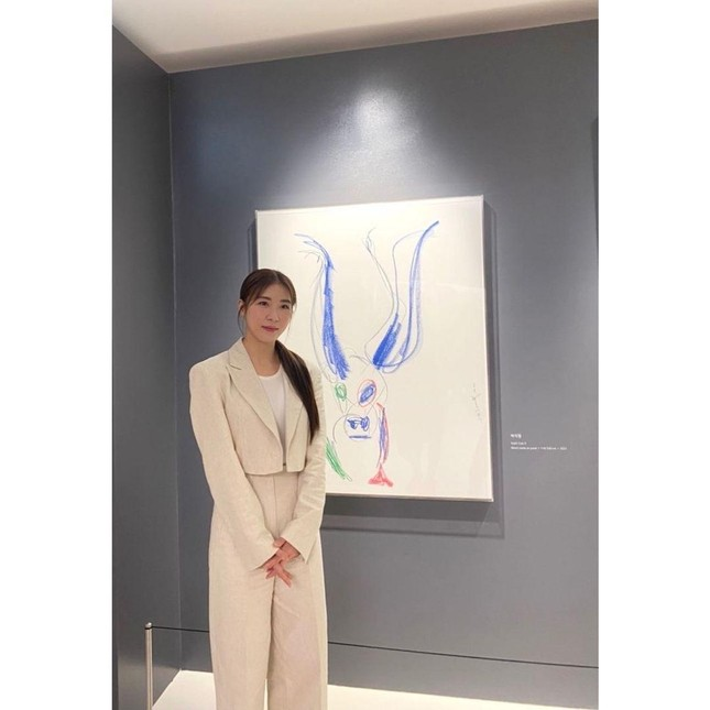 'Hoàng hậu Ki' Ha Ji Won triển lãm tranh, dân mạng bình luận 'con tôi 5 tuổi vẽ đẹp hơn' ảnh 2