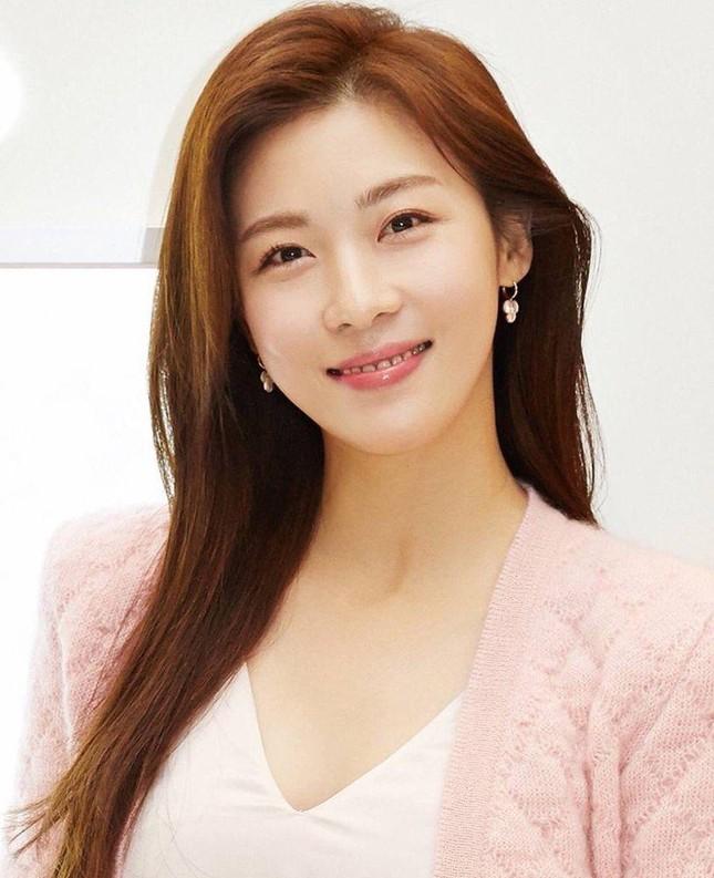 'Hoàng hậu Ki' Ha Ji Won triển lãm tranh, dân mạng bình luận 'con tôi 5 tuổi vẽ đẹp hơn' ảnh 7
