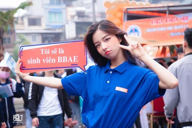 Nữ sinh đại học Kinh tế Quốc dân nổi bật trong ngày hội tuyển sinh ảnh 1