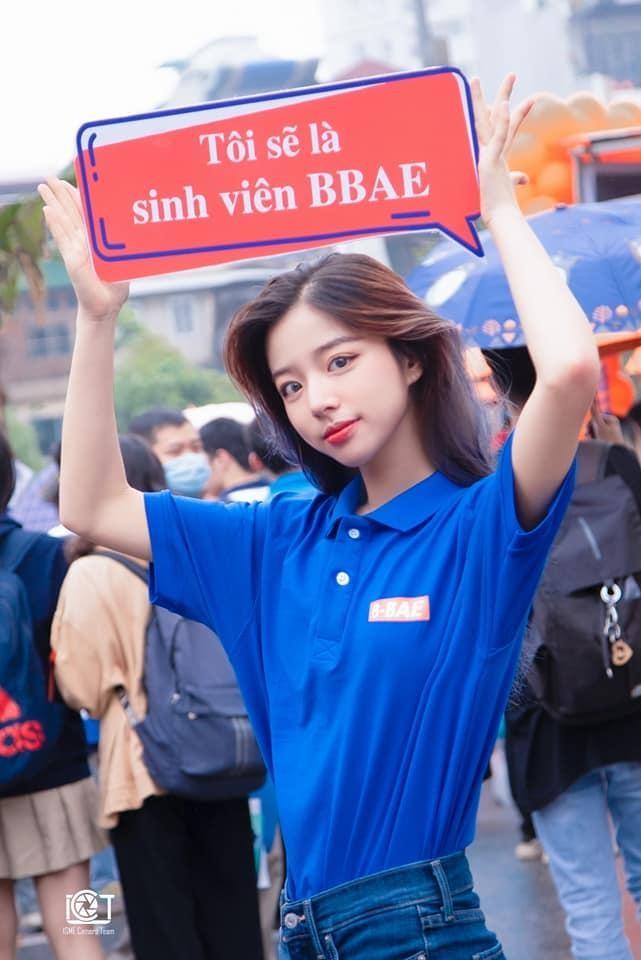 Nữ sinh đại học Kinh tế Quốc dân nổi bật trong ngày hội tuyển sinh ảnh 2