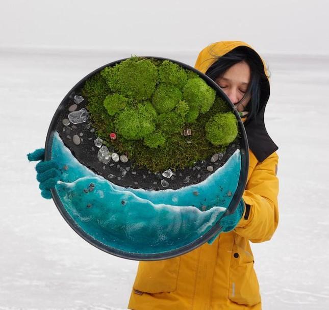Nữ nghệ sĩ làm tranh tường độc đáo từ cây cỏ thiên nhiên ảnh 1