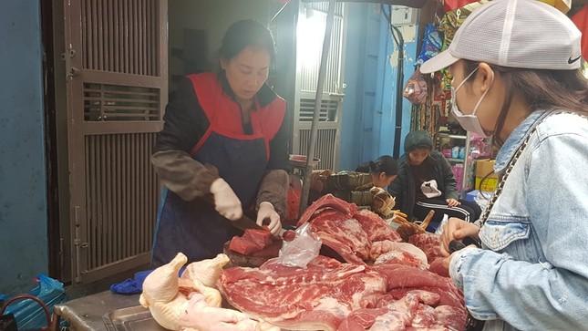 Hà Nội: Giá thịt lợn, thịt gà tăng kỷ lục, người dân chen nhau mua 30 Tết ảnh 5
