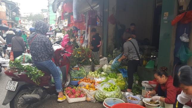 Hà Nội: Giá thịt lợn, thịt gà tăng kỷ lục, người dân chen nhau mua 30 Tết ảnh 2