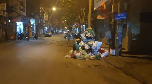 Hà Nội: Rác tăng đột biến 30 Tết, công nhân căng mình dọn rác ảnh 5
