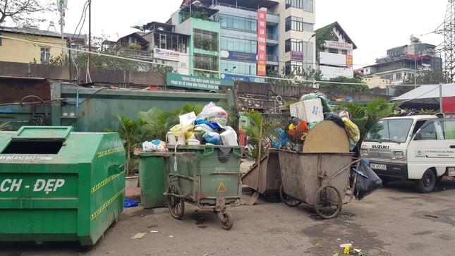 Hà Nội: Rác tăng đột biến 30 Tết, công nhân căng mình dọn rác ảnh 3