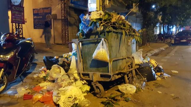 Hà Nội: Rác tăng đột biến 30 Tết, công nhân căng mình dọn rác ảnh 4