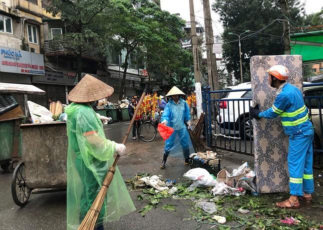 Hà Nội: Rác tăng đột biến 30 Tết, công nhân căng mình dọn rác ảnh 1