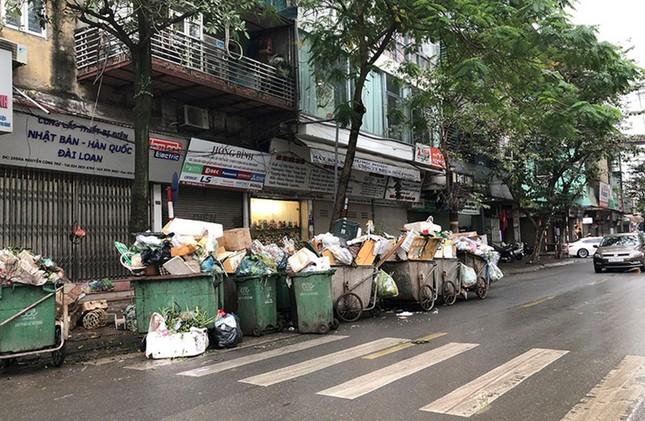Hà Nội: Rác tăng đột biến 30 Tết, công nhân căng mình dọn rác ảnh 2