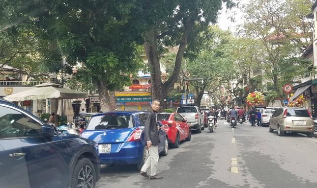 Xử phạt xong, bãi xe tự phát ở Hà Nội tiếp tục 'chặt chém' ảnh 2