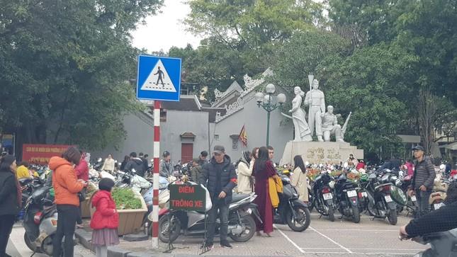 Xử phạt xong, bãi xe tự phát ở Hà Nội tiếp tục 'chặt chém' ảnh 3