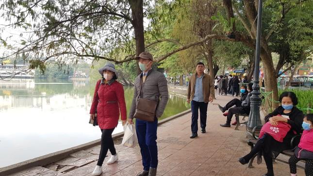 Cận cảnh du khách đến Hà Nội kín mít khẩu trang phòng dịch cúm ảnh 5