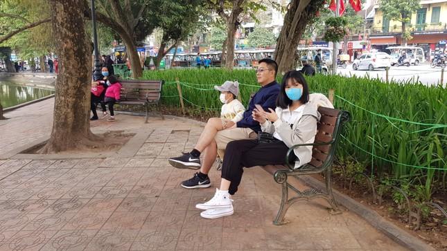 Cận cảnh du khách đến Hà Nội kín mít khẩu trang phòng dịch cúm ảnh 1