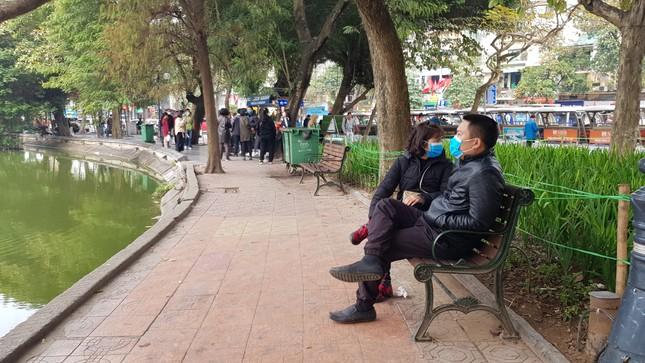 Cận cảnh du khách đến Hà Nội kín mít khẩu trang phòng dịch cúm ảnh 10