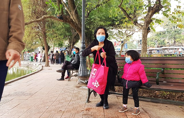 Cận cảnh du khách đến Hà Nội kín mít khẩu trang phòng dịch cúm ảnh 3