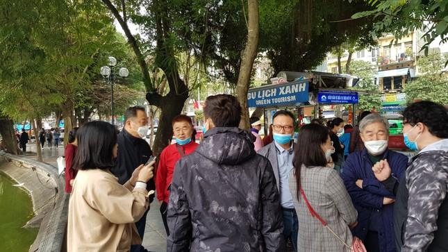 Cận cảnh du khách đến Hà Nội kín mít khẩu trang phòng dịch cúm ảnh 2