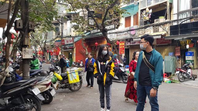 Cận cảnh du khách đến Hà Nội kín mít khẩu trang phòng dịch cúm ảnh 6