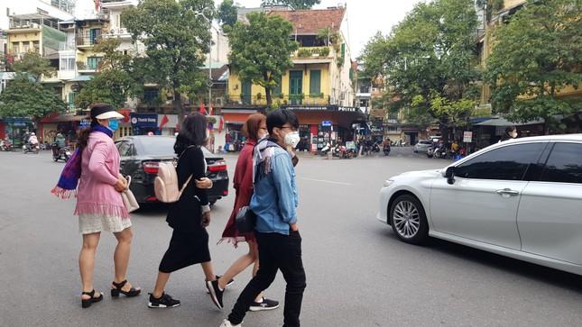 Cận cảnh du khách đến Hà Nội kín mít khẩu trang phòng dịch cúm ảnh 7