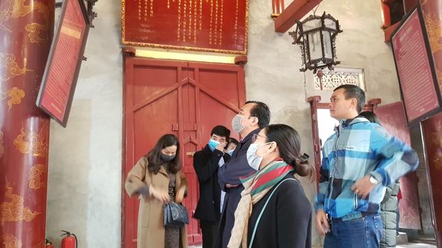 Cận cảnh du khách đến Hà Nội kín mít khẩu trang phòng dịch cúm ảnh 9