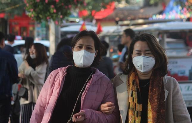 Cận cảnh du khách đến Hà Nội kín mít khẩu trang phòng dịch cúm ảnh 8