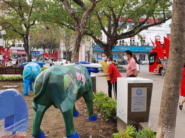 Trâu nghệ thuật 'xuống phố' khiến người dân Thủ đô tò mò thích thú ảnh 7