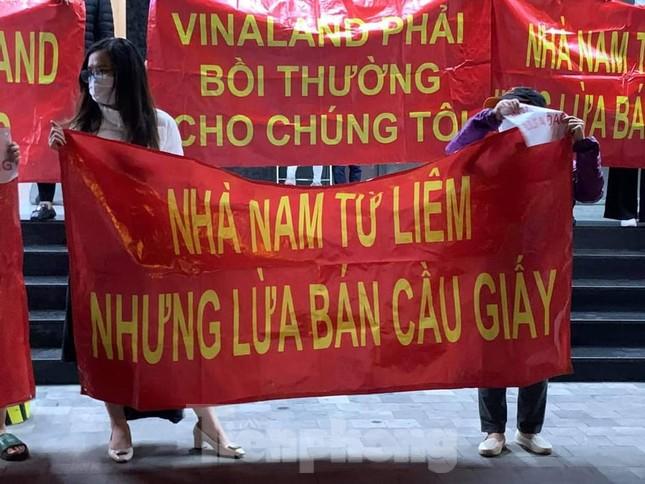 Hà Nội: Cư dân căng băng rôn vì mua chung cư 'kẹt' địa giới giữa hai quận ảnh 3