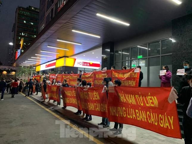 Hà Nội: Cư dân căng băng rôn vì mua chung cư 'kẹt' địa giới giữa hai quận ảnh 2