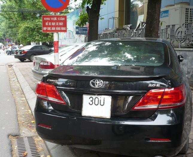 Hà Nội đề xuất tăng phí lòng đường, hè phố gấp 3 lần: Có thuyết phục? ảnh 1