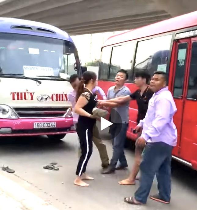 Tài xế xe khách đánh nhau như côn đồ giữa trung tâm Hà Nội ảnh 1