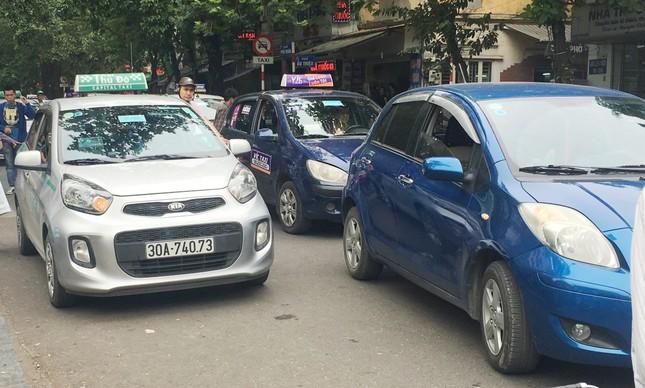 Nhiều taxi vẫn 'chống lệnh' hạ cửa kính khi chạy trên đường ảnh 1