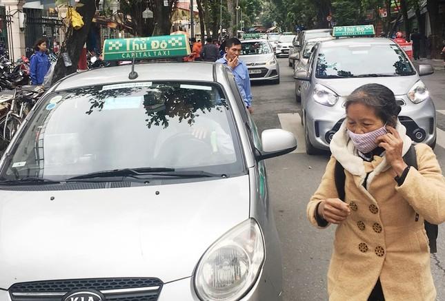 Nhiều taxi vẫn 'chống lệnh' hạ cửa kính khi chạy trên đường ảnh 2