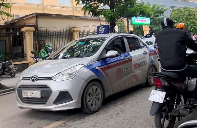 Nhiều taxi vẫn 'chống lệnh' hạ cửa kính khi chạy trên đường ảnh 6