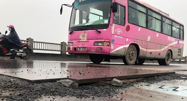 Rủi ro phương tiện lưu thông trên cầu Vĩnh Tuy những ngày mưa phùn ảnh 8