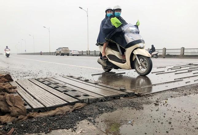 Rủi ro phương tiện lưu thông trên cầu Vĩnh Tuy những ngày mưa phùn ảnh 10