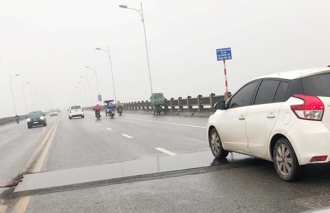 Rủi ro phương tiện lưu thông trên cầu Vĩnh Tuy những ngày mưa phùn ảnh 12